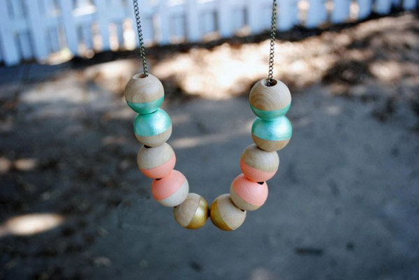 Color Dipped Wooden Beads. Check out the tutorial