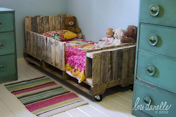 DIY Toddler Pallet Bed. Get the tutorial