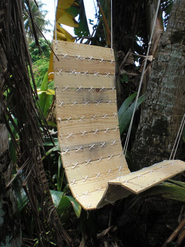 DIY Outdoor Paracord Laced Hanging Pallet Chair. See the tutorial