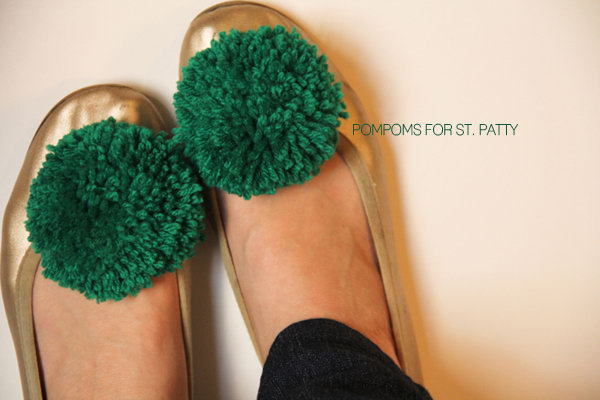 DIY Pom Pom Shoe Clip. See how to make it