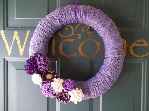 DIY Purple Yarn Door Wreath. This yarn wreath is easy to do and the result is very beautiful. Tutorial via
