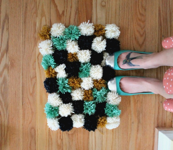DIY Pom Pom Rug. Get the tutorial