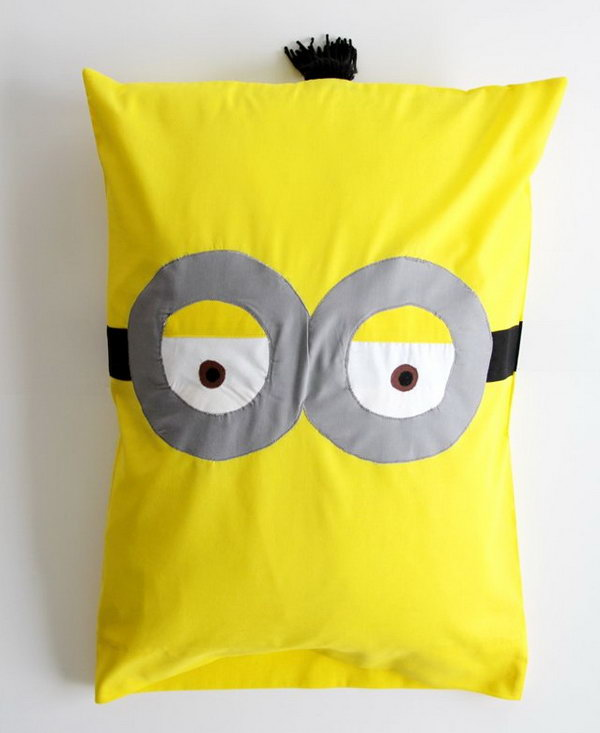 DIY Minion Pillowcase. Get the tutorail