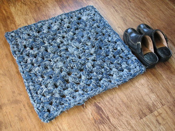 DIY Knotted Denim Rug. Get the tuutorial