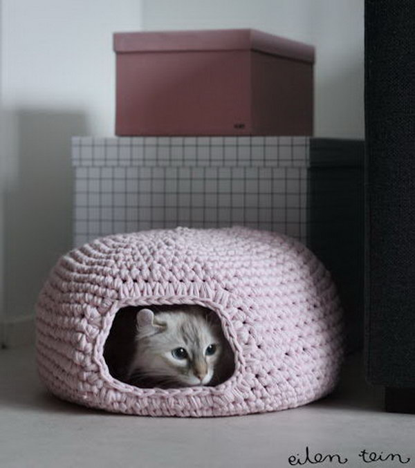 DIY Crochet Cat Bed.
