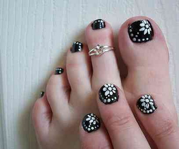 Black and White Flower Toe Nail.