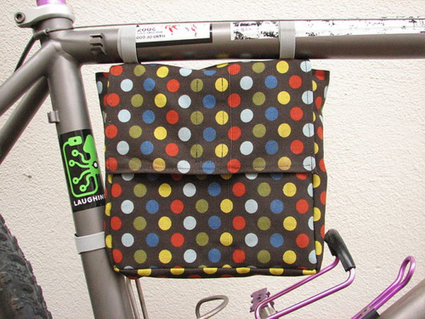 DIY Bicycle Frame Lunch Bag. This is a great DIY gift for men who's fond of bicycle riding! He can use this thing to bring his lunch when he's commuting or just going to the park.