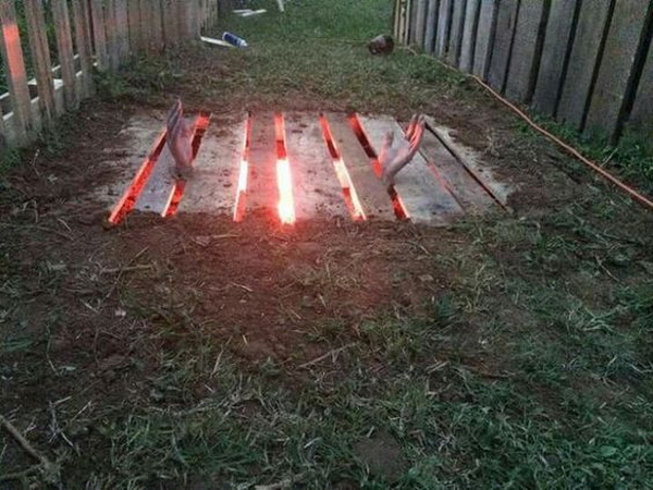 DIY Halloween Masterpiece Made with One Pallet, One Red Light, Some Light Digging and a Pair of Hands