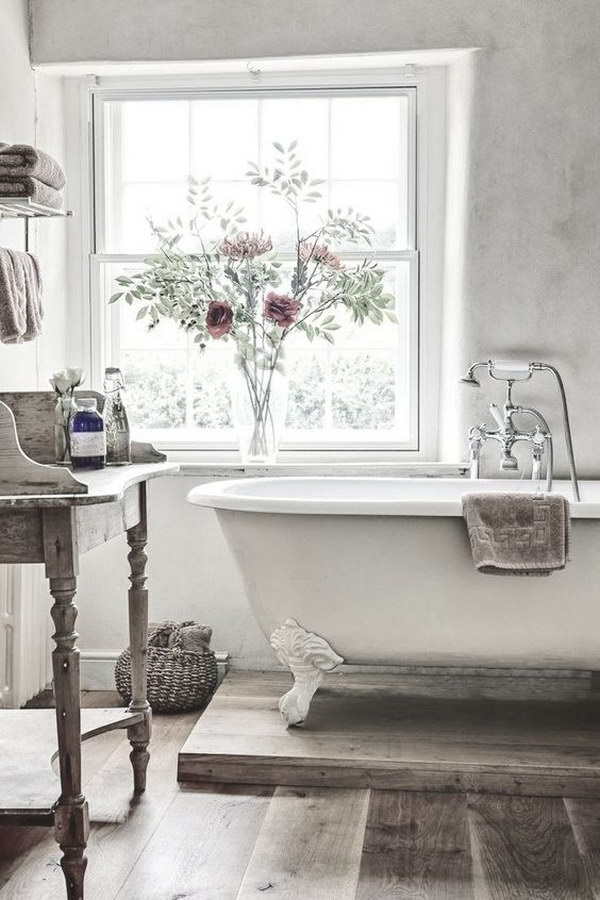 Ordinaire White Vintage Bathroom With Claw Foot Tub