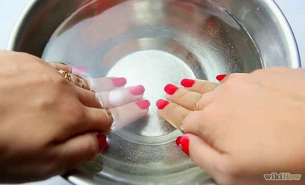 Use Ice Water to Dry Your Nails in Three Minutes. Dry nail polish quickly with ice water! Submerge your nails in an icy water for about three minutes straight after painting your nails. This is a very useful tip when you are in a hurry and don't want to ruin your new manicure.